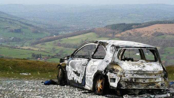 Cadavere in auto bruciata nel Bergamasco