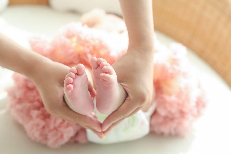 Donna incinta mette annuncio on line: in vendita suo figlio all'asta