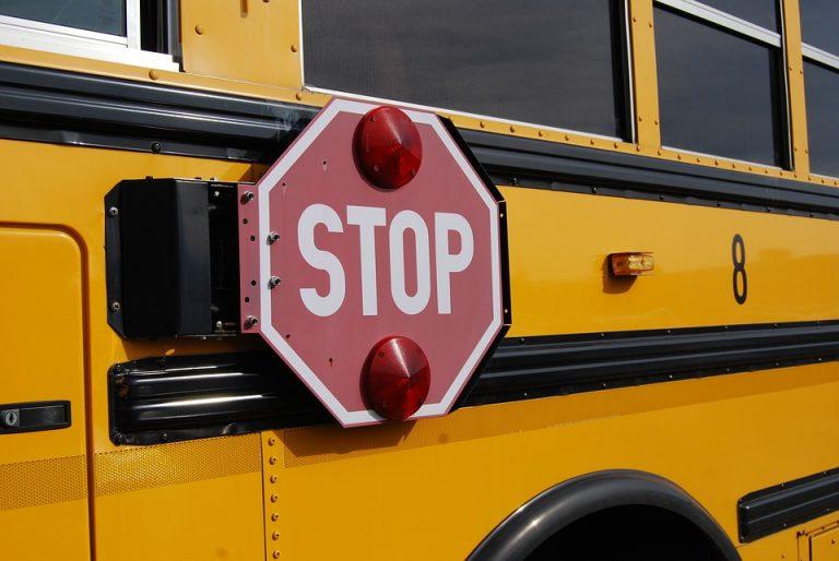 Incidente a Budrio: scuolabus urta mezzo raccolta rifiuti, paura per 28 bimbi