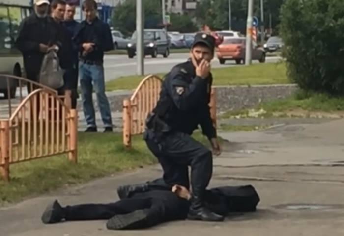 Seminudo corre con testa della nipote di 18 mesi decapitata: video choc