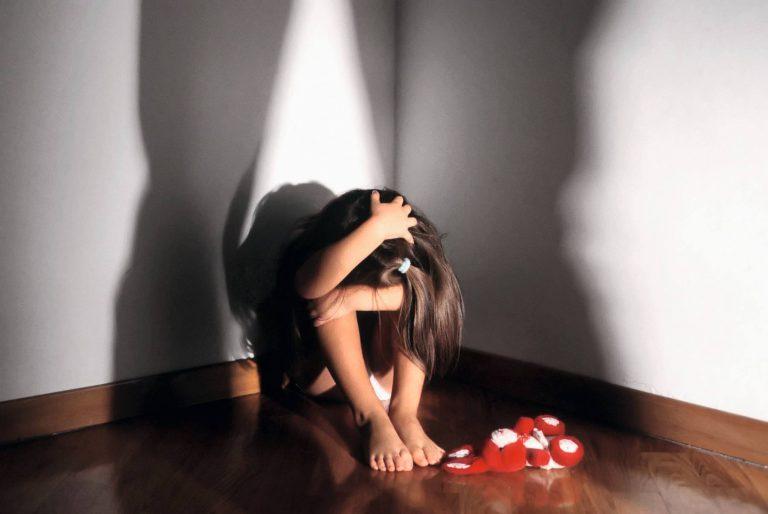 Pedofilia, abusi su tre bambine: arrestati zio e amico della famiglia