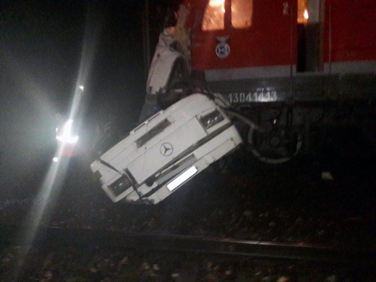Russia, treno travolge autobus: 19 morti