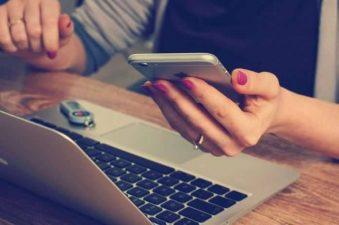 Donna usa PC e smartphone