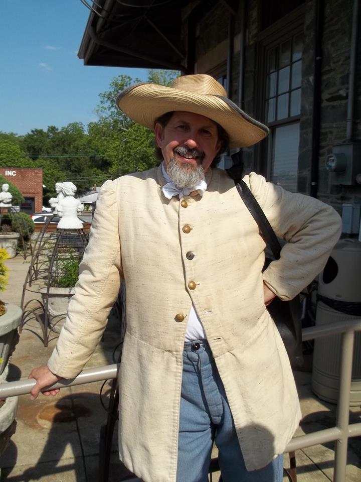 Uomo in abito coloniale