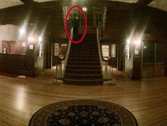 Donna fantasma sul pianerottolo della scala.
