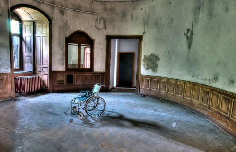 Sedia a rotelle e desolazione