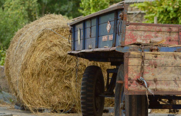 Schiacciato dalle balle da fieno, morto agricoltore di 68 anni