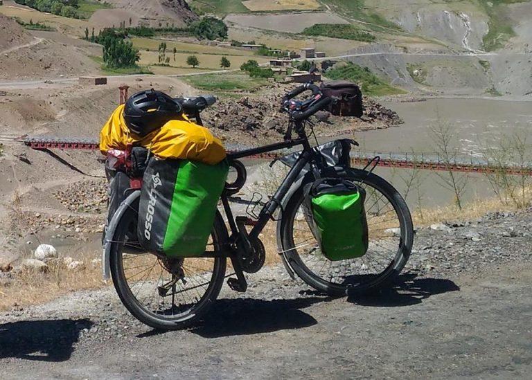 Fa il giro del mondo in bicicletta, ma arrivato a Castel Volturno gli rubano tutto