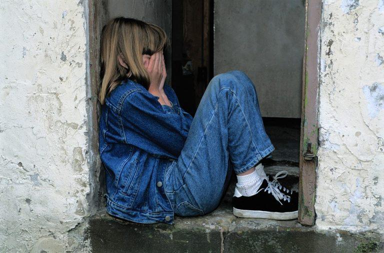 Si siede sopra la cuginetta di 9 anni e la uccide