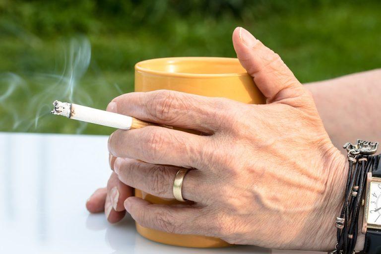 Odore di fumo sulle mani ecco alcuni rimedi per liberarsene - Odore di fogna in casa ...