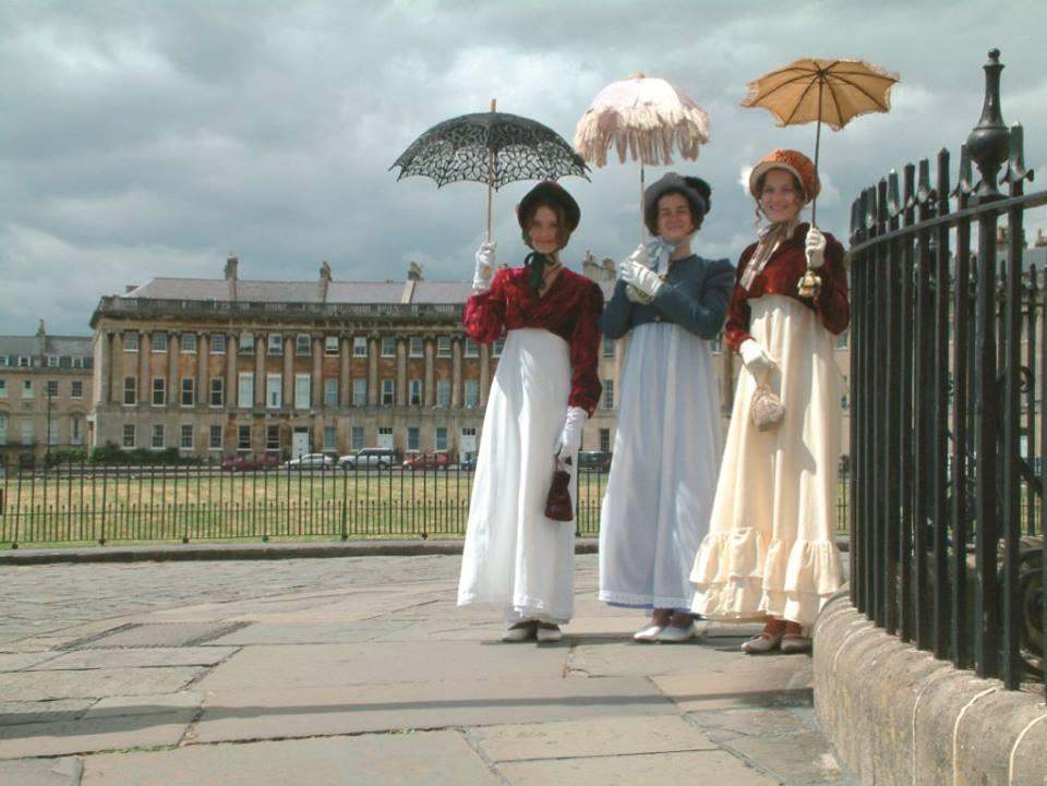 Donne con abiti d'epoca a Bath