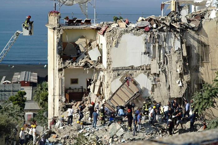 Paura a Sant'Antimo, crolla palazzina in via Giannangeli
