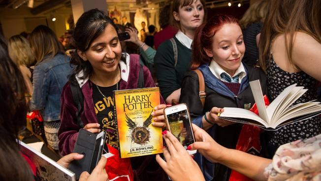 Libro di Harry Potter in mano