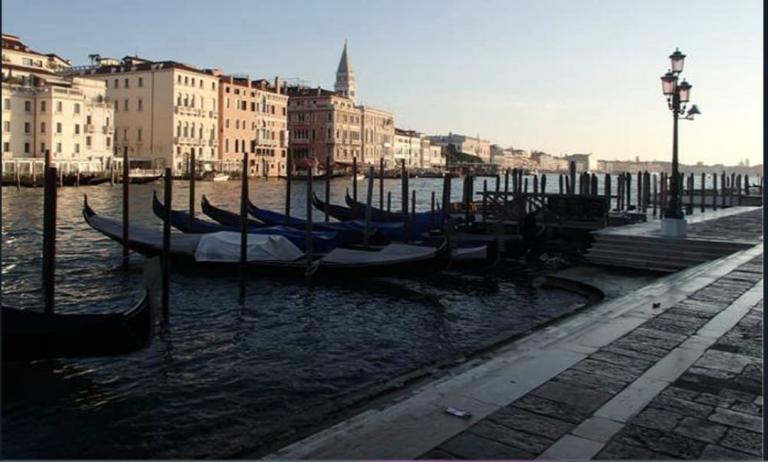 Rubano gondola a Venezia per una gita romantica, salvati dalla polizia