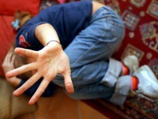 Piccola vittima di abusi sessuali