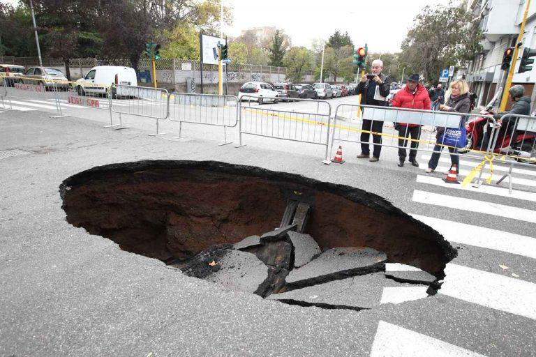 Si apre grossa voragine in strada a Roma