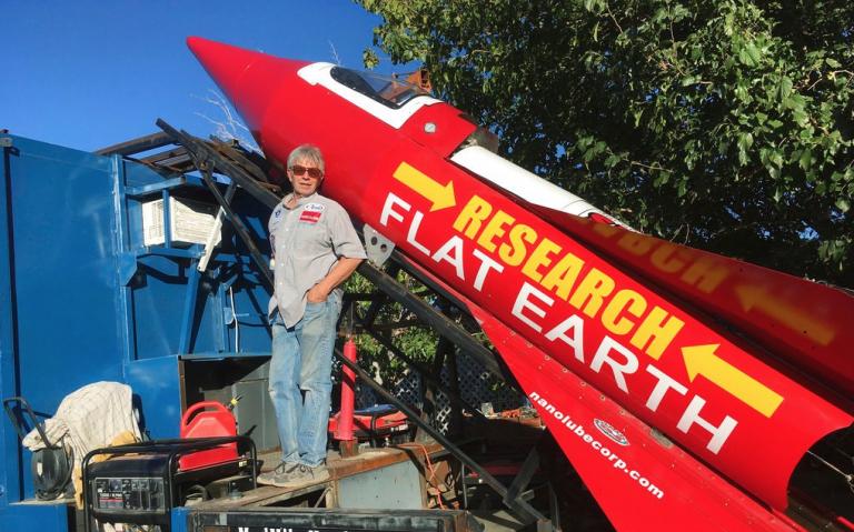 La terra è piatta: si lancerà con un razzo fatto in casa per dimostrarlo