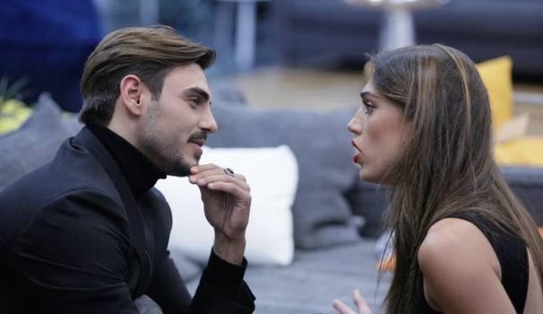 Aida Yespica: Smentisce il flirt, il gesto del fidanzato | Gf Vip 2