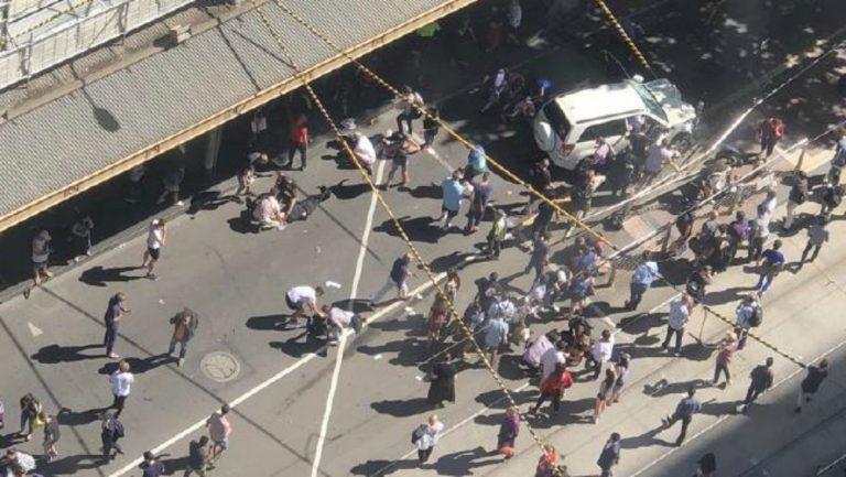 Auto contro passanti nel centro di Melbourne, almeno 19 feriti