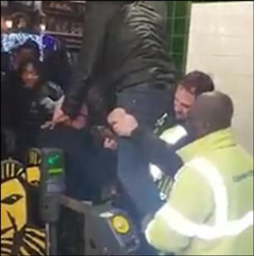 Poliziotto aiuta l'uomo