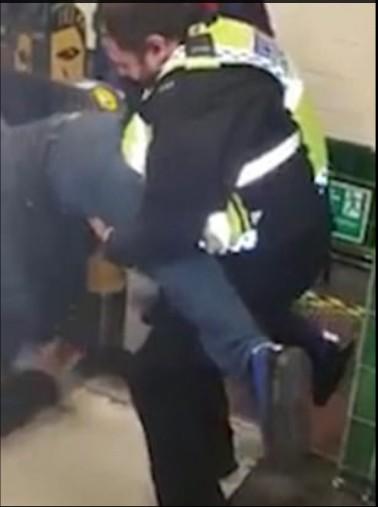 Poliziotti aiutano l'uomo