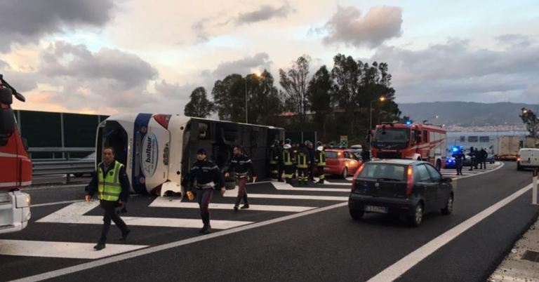 Calabria, si ribalta autobus: diversi feriti Video