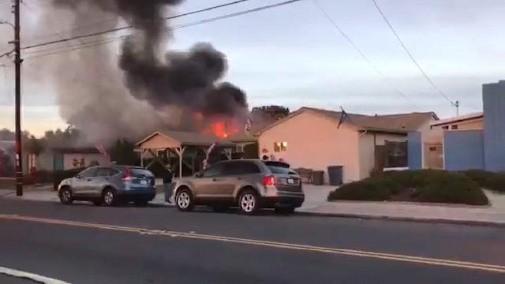 S. Diego, aereo precipita su casa: 2 morti