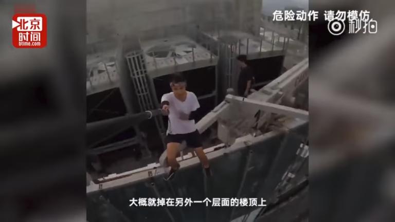 Cade dal grattacielo e muore mentre fa acrobazie: ecco il video sconvolgente