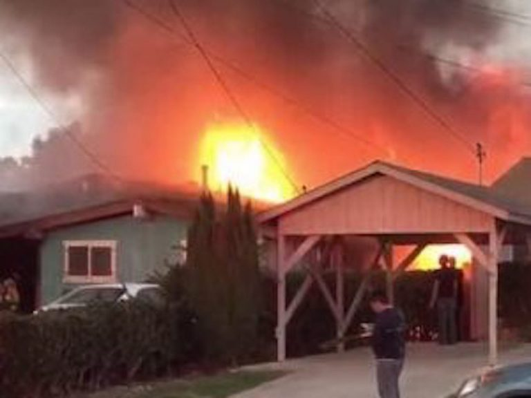 Aereo si schianta su una casa a San Diego, due morti Video