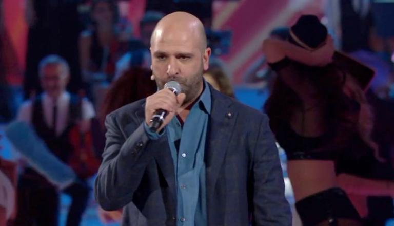 Checco Zalone canta Kiss Me Licia e fa arrabbiare il mondo gay