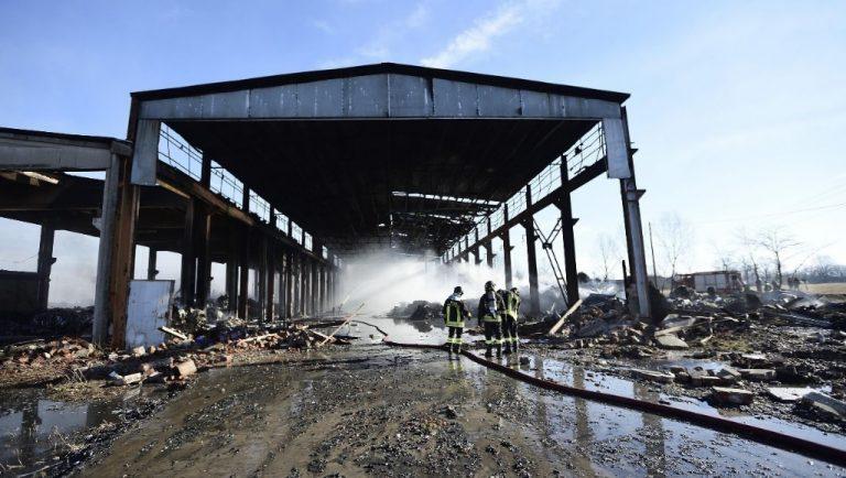 Capannone in fiamme nel Pavese, si teme per la nube tossica