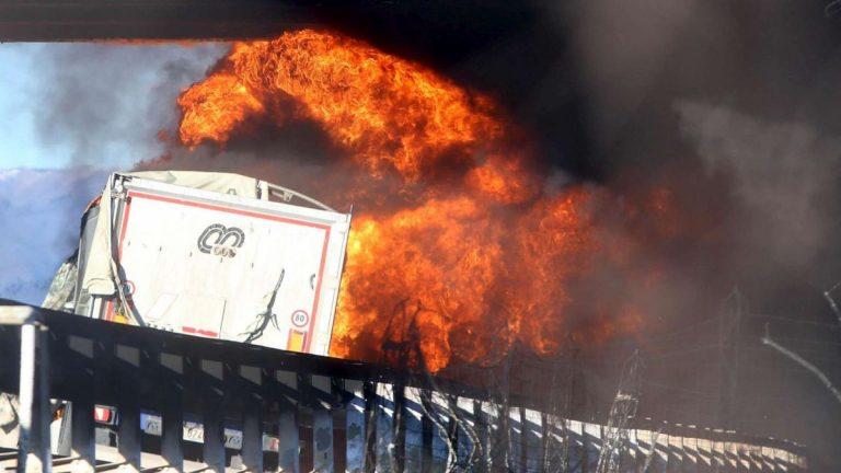 Incidente A21. Scontro tra tir e auto, cisterna prende fuoco: 6 morti