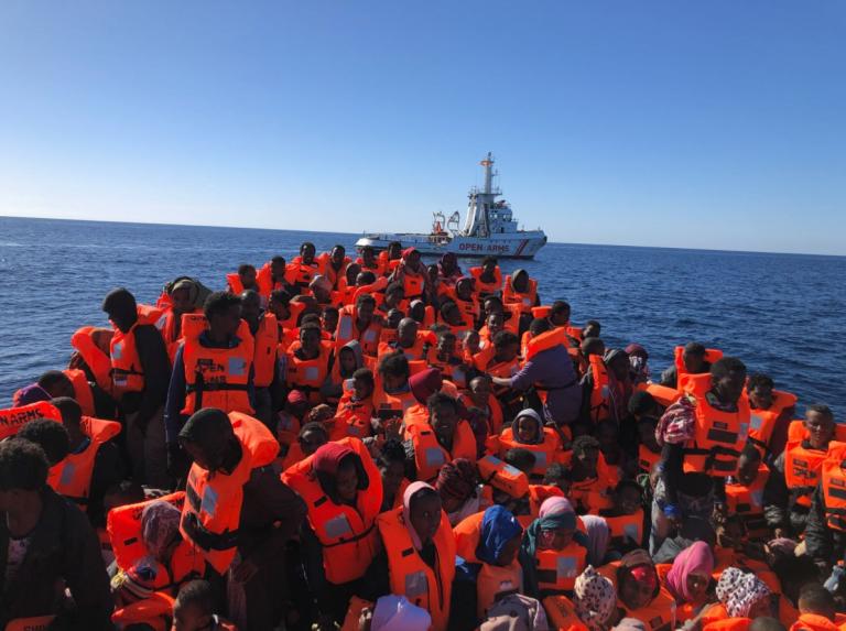 Sbarcano in Sicilia cinquecento migranti, ci sono anche due neonati morti