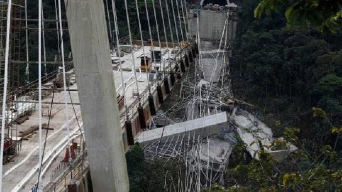 Crolla un ponte sospeso nel vuoto, è un massacro di operai