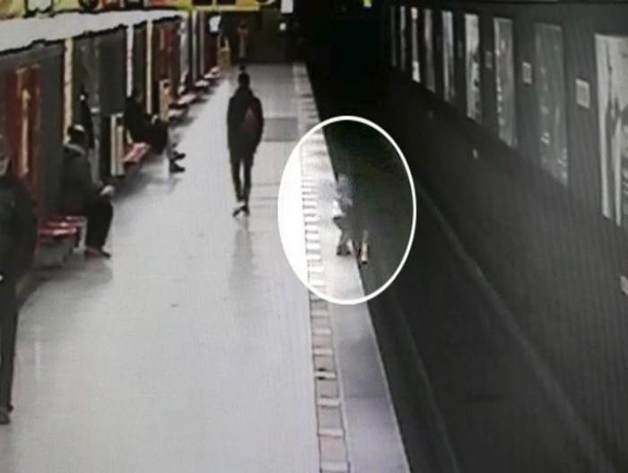 Milano, bimbo si getta tra i binari della metro: salvato