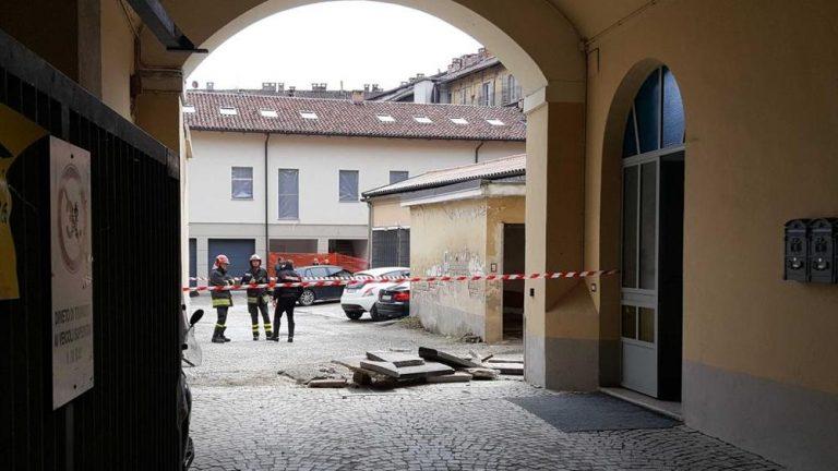 Incredibile dramma, crolla un balcone, donna precipita dal secondo piano e muore