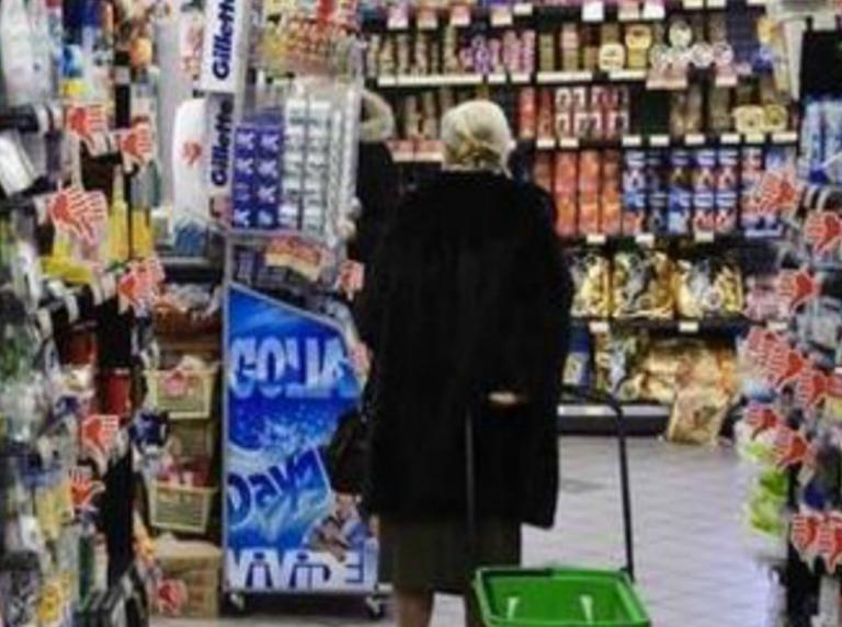 Anziana sviene al supermercato:
