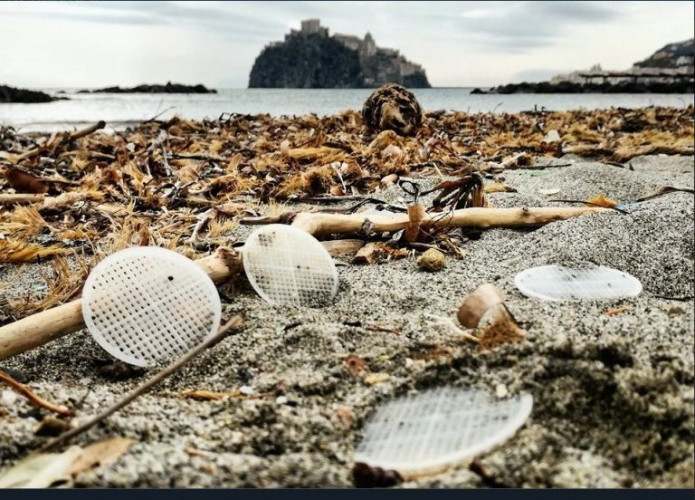Mistero dischetti di plastica in mare: sequestrato depuratore di Capaccio