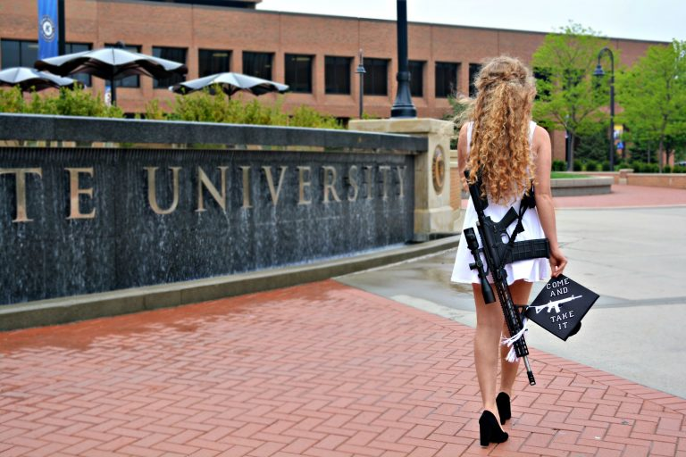 Studentessa porta fucile alla laurea