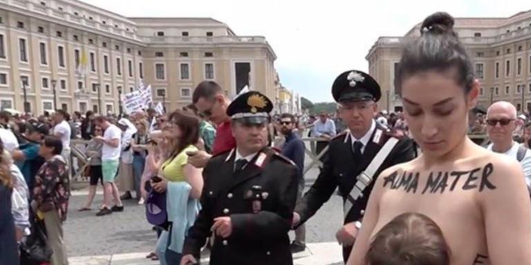 Protesta di un'attivista Femen che allatta