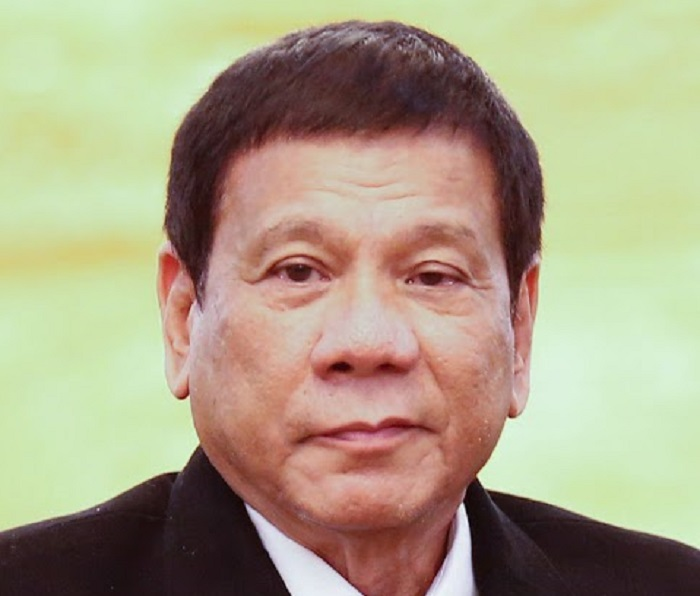 YOUTUBE Filippine, Rodrigo Duterte bacia la lavoratrice emigrata