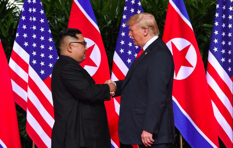 Trump-Kim, storica stretta di mano a Singapore