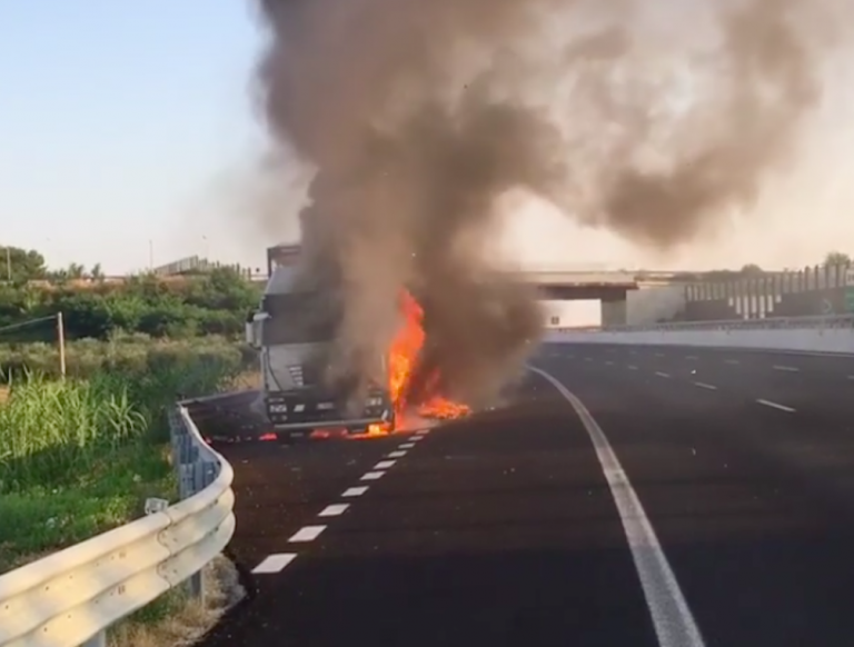 Camion in fiamme in autostrada
