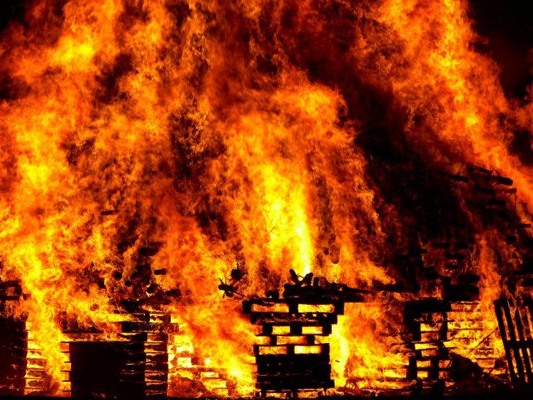 Almeno 85 morti negli incendi in Grecia