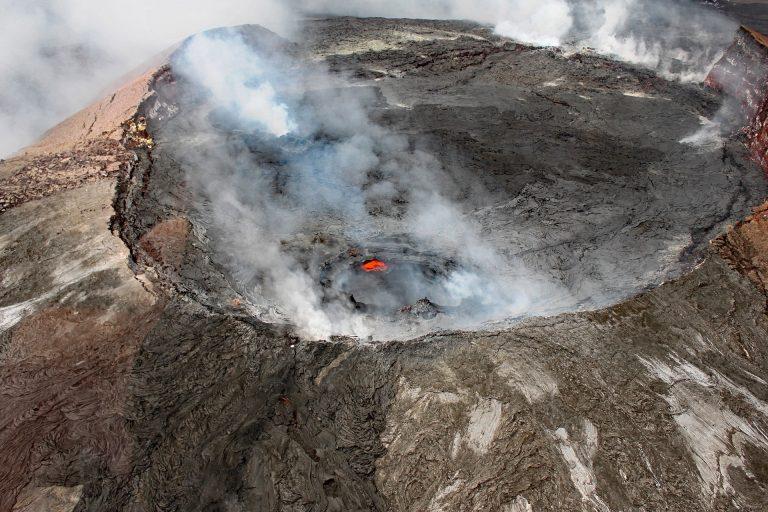 Hawaii, una bomba di lava colpisce una barca