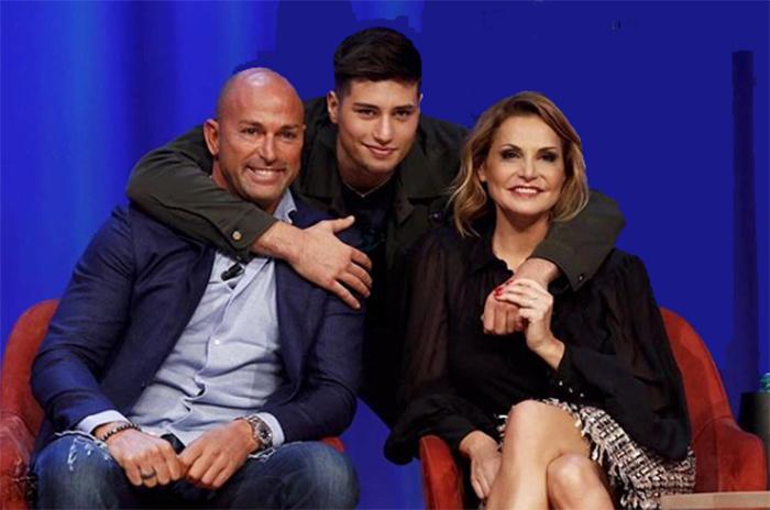 Niccolò Bettarini insieme ai genitori
