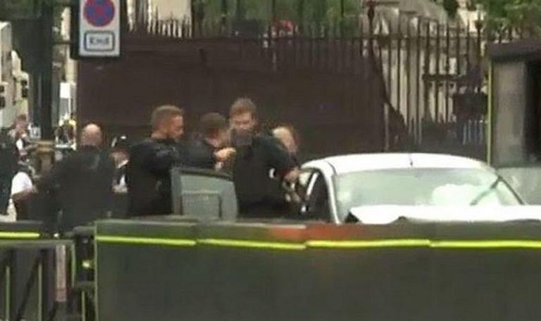 Auto contro la folla davanti al Parlamento di Londra, ci sono feriti