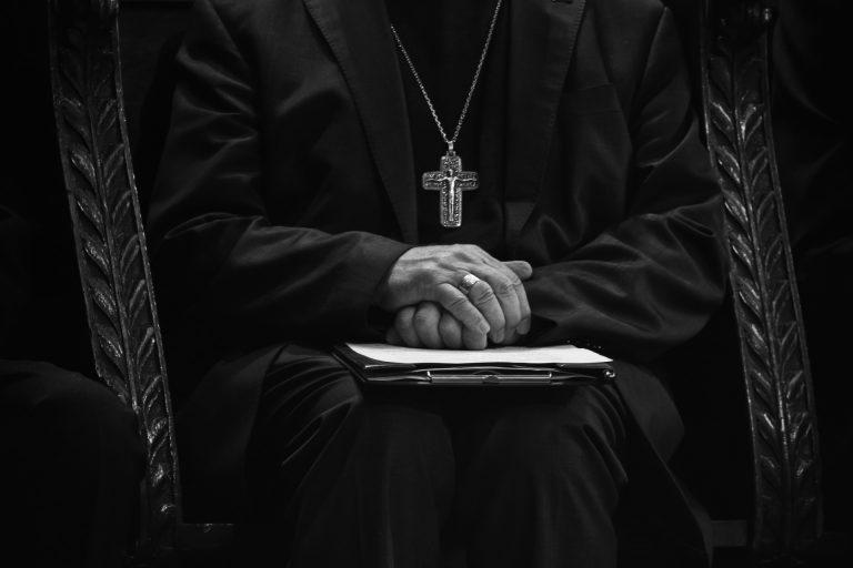Pedofilia, parroco criticato per un post su Facebook