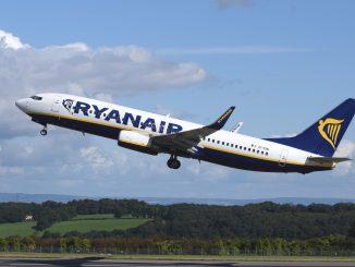 Ryanair, addio al bagaglio a mano gratuito