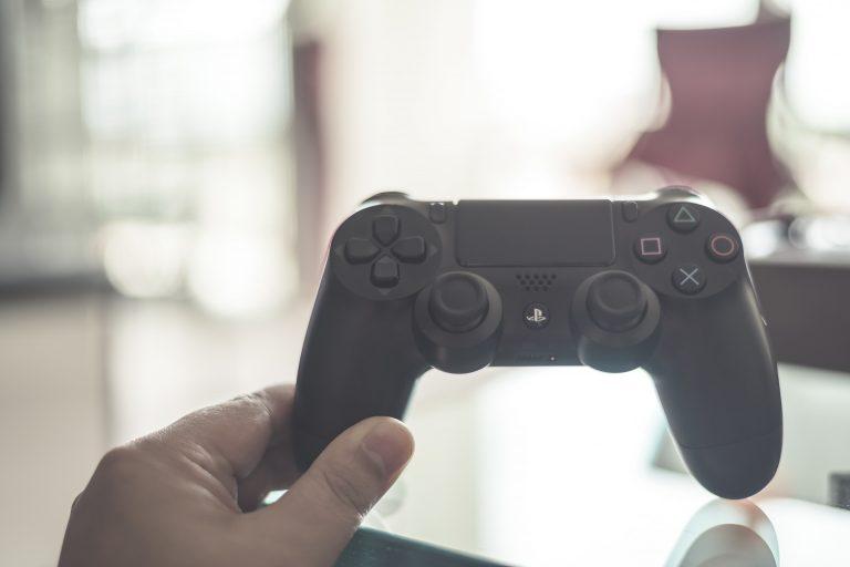 Perde ai videogiochi e si taglia la testa